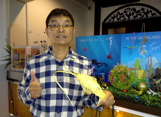 「吸管藝術達人」林財得所剪裁編織的龍蝦栩栩如生,令人讚嘆!