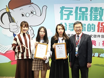 龍華科大學生胡愛穗(左2),由衷感謝老師指導其參賽獲獎。