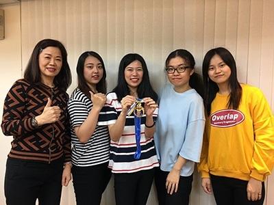 龍華科大觀休系鍾涓涓老師 (左),指導魏紹絜、林屏瑄、薛安婕、石伊婷等4位同學,榮獲2018全國大專旅遊規劃師競賽全國優勝名次。