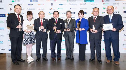 徐旭東董事長(左四)以永續經營作為企業發展願景,帶領遠東集團創造優異的永續治理績效,本屆共計8家關係企業獲獎,總獲得37個獎項