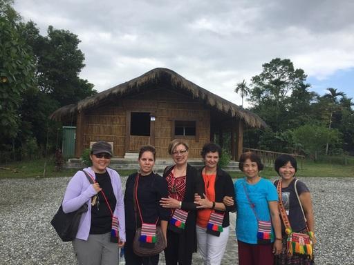 紐澳講者在太巴塱部落kakita'an祖屋前合影(左二:澳洲麥考瑞大學Dr. Margaret Raven,左三:紐西蘭梅西大學Dr. Doris Kaua,右三:紐西蘭阿灣紐阿連基毛利大學Dr. Miriama Posthlewaite)