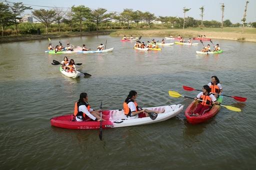 新化高中學生體驗中信金融管理學院校內特有的「獨木舟划水道」