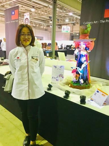 劉姿伶製作杏仁膏以「木偶愛麗絲」作品獲得銀牌。