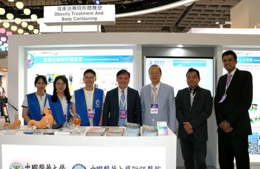 蔡長海董事長在展場慰勵同仁的辛勞。