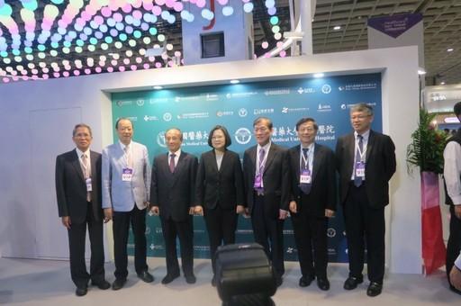蔡長海董事長、周德陽院長團隊與蔡英文總統在中國醫大展場合影。