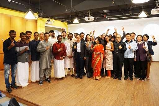 虎科大覺文郁校長帶領眾師生與印度姊妹校專家學者學員歡樂合照,活動圓滿成功。