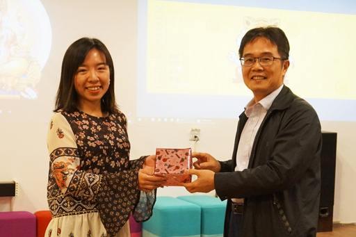 覺文郁校長頒獎第一名榮譽得主