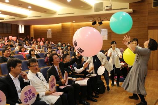 代表著「性虐待、身體虐待、精神虐待、不明原因虐待、嚴重疏忽」的五顆氣球,經由會場人人接力傳遞,呼籲大家重視受虐兒議題。