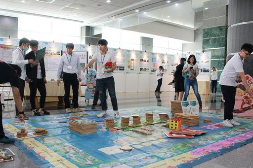現場陳設的大型桌遊,由陳勝一及蘇玄啟兩位教師以環境教育知識及元素為主軸設計的桌遊,以創新且大眾熟悉的方式推廣環境教育