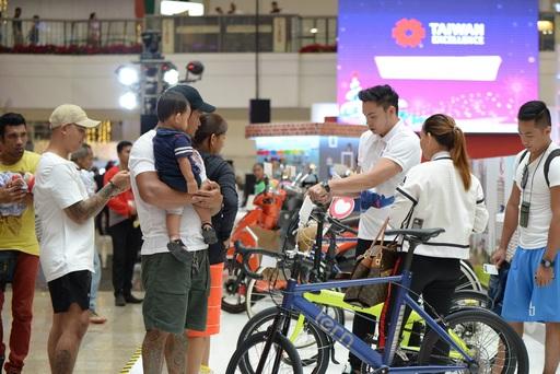 消費者仔細聆聽產品說明員介紹Tern腳踏車產品特點