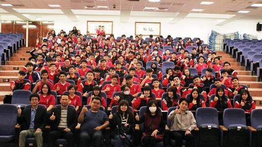 本(11)月28日高雄立志中學方士歆老師(一排左三)率領該校共160位學生親訪中信金融管理學院