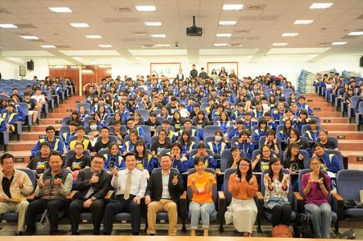 本(11)月30日台南北門高中郭慧雯主任(一排右四)率領該校共220位學生親訪中信金融管理學院