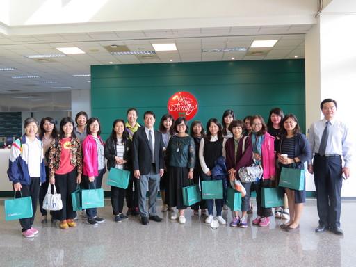 本(11)月29日高師大附中李金鴦校長(一排右六)親自帶領約20名教職員親訪中金院