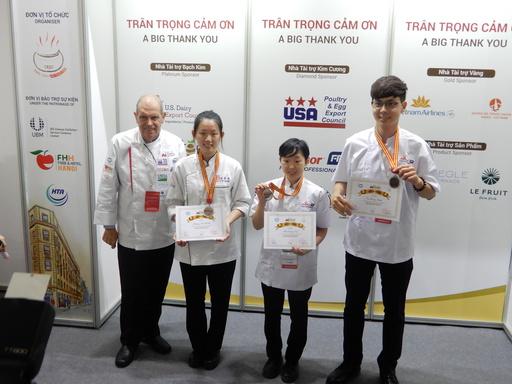 宏國德霖科技大學廚藝系師生參加2018越南河內沙龍廚藝競賽,表現傑出共榮獲2金1銀3銅佳績。