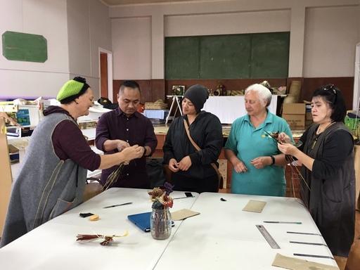 前往社區活動中心編織工坊學習傳統植物編織