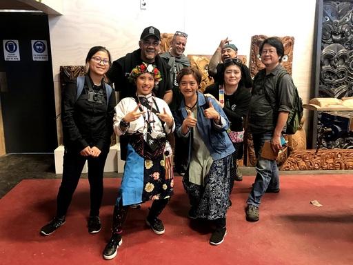 由TWoA執行長Te Ururoa Flavell(後左一)以及「臺紐計畫」紐西蘭方的聯絡人Eddie Walker (後左二) 親自帶團隊近距離參觀Te Puia蒂普亞文化園區內部的工藝學校,並由駐地的著名木雕師傅(後右一)進行木雕藝術傳承之解說