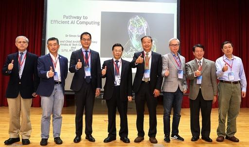 TAAI 2018人工智慧技術與應用研討會,亞大校長蔡進發(左四)、曾憲雄副校長(右四)、TAAI學會許輝煌理事長(左三)、Nvidia中心Denon Chang(右三)、Keynote 講者Simon See(左二)、婁世鐘教授(右二)、連耀南院長(左一)薛榮銀主任(右一)。