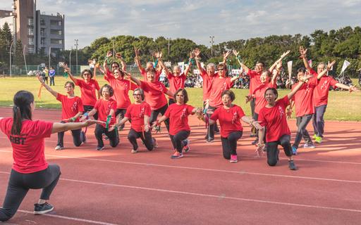中華大學樂齡社的銀髮爺爺、奶奶利用運動會前幾周的時間排練舞蹈,青春活力的氛圍渲染校園。