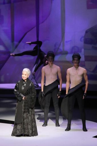 人間國寶歌仔戲廖瓊枝老師展現歌仔戲身段演繹設計師服飾,向幕後英雄致敬