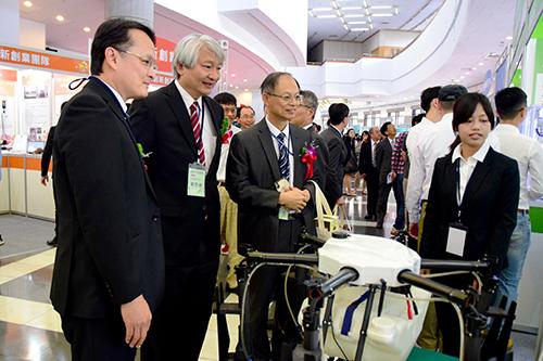 臺大醫院雲林分院劉宏輝副院長及林宏茂顧問參觀研發成果展。