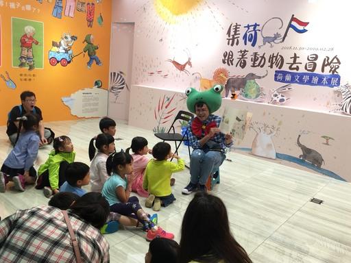 圖說2_配合展覽推出的集荷聽故事活動,邀請專業說故事老師於週末下午為孩子們說故事