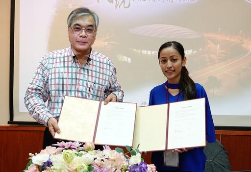 佛光大學副校長藍順德與「關丹中華中學」簽訂臺馬學校合作協議。