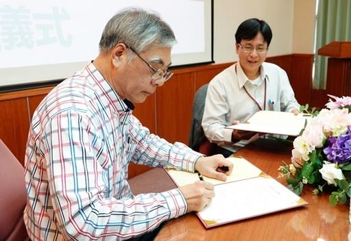 佛光大學副校長藍順德與「笨珍培群獨立中學」簽訂臺馬學校合作協議。
