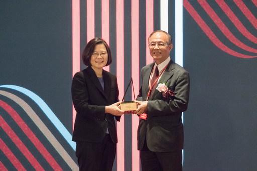 南華大學榮獲「國家品質獎─永續發展典範獎」,由蔡英文統統頒發獎座予林聰明校長。