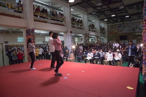 中庭舞台上以各種才藝競演和彼得思(PTS)教育法論述激戰秀,展現學生熱情又多元的創意。