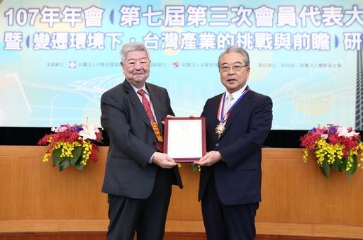 管科會名譽理事長許士軍(左)頒發管理學界最高榮譽「管理獎章」予金仁寶集團董事長許勝雄(右)。