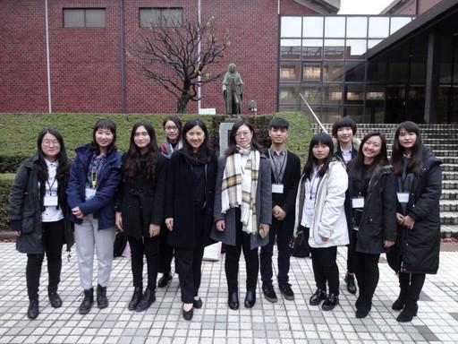 中國醫大職安系師生在日本產業醫科大學校園合影。