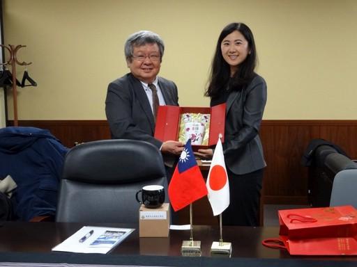 林若婷老師致贈紀念品與日本產業醫科大學校長東敏昭教授。