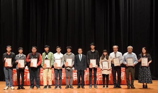中州科大多遊系學生參加實習心得競賽獲佳績,於彰化縣政府接受縣長頒獎。