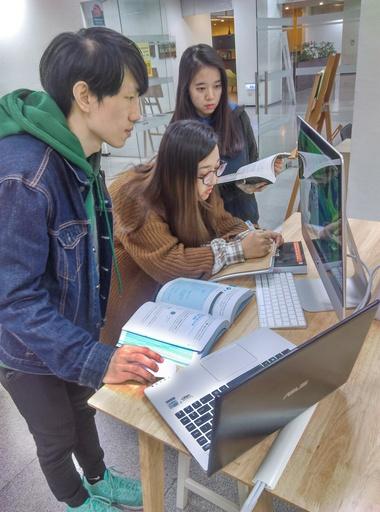 中信金融管理學院採購MAC放置校內圖書館,提供程式創客營小組同學測試或開發實作程式使用