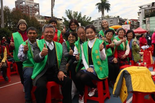 圖說:台灣長老教會華興教會上台獻詩。