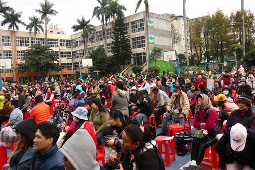 圖說:上千位居民來到雙園國中操場同樂。