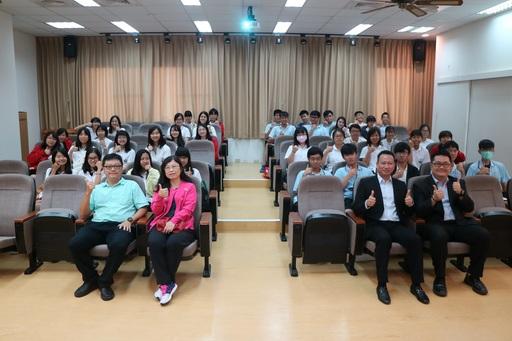 高雄市立新興高中李采薇老師(一排左二)於本(12)月04日率領該校共40位學生親訪中信金融管理學院