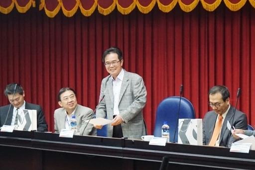 為廣納產業界對推動高等技職教育之意見,校長覺文郁(中間站立者)感謝貴賓多年來對虎科大的支持。