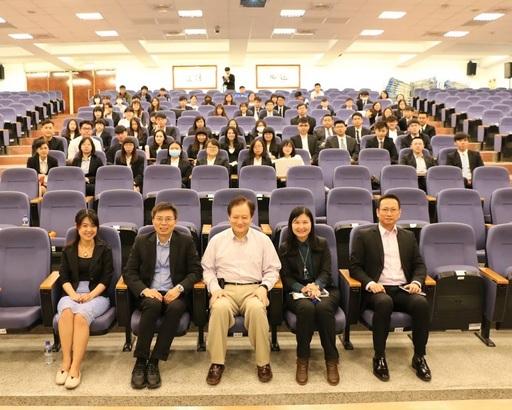 本(12)月6日,王可言董事長(一排右三)與中信金融管理學院校內師生進行金融科技論壇講座