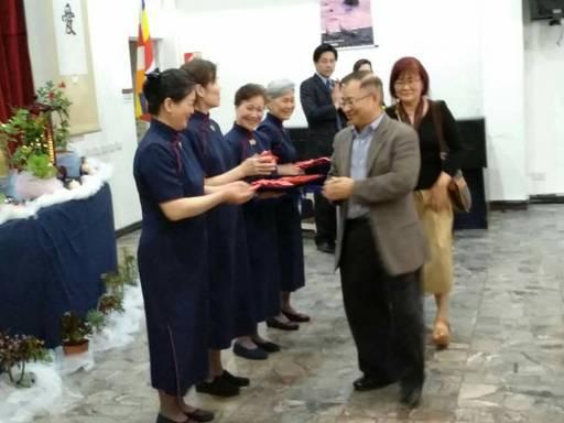 負責人邱慈甄師姊代表證嚴上人頒發2018年歲末祝福福慧紅包