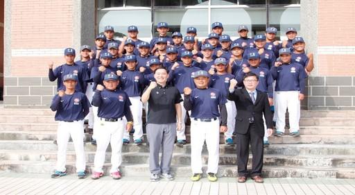 中信金融管理學院校長施光訓(一排右三)在出征前親自向球隊精神喊話,勉勵棒球隊,今(107)年挑戰大專棒球聯賽公開男子組第二級,信心滿滿