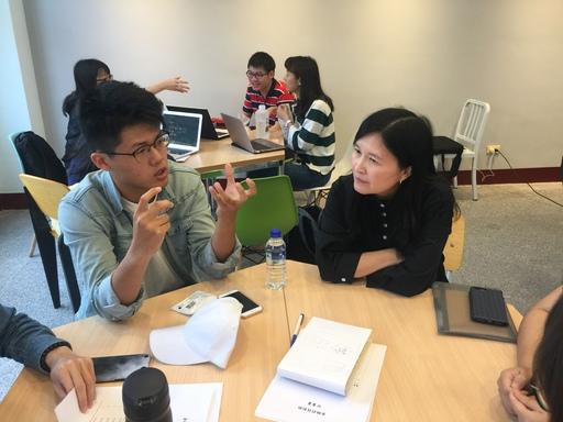 中信金融管理學院財務金融學系林淑萍主任在課餘時間與各組團隊學生們,進行作品開發指導