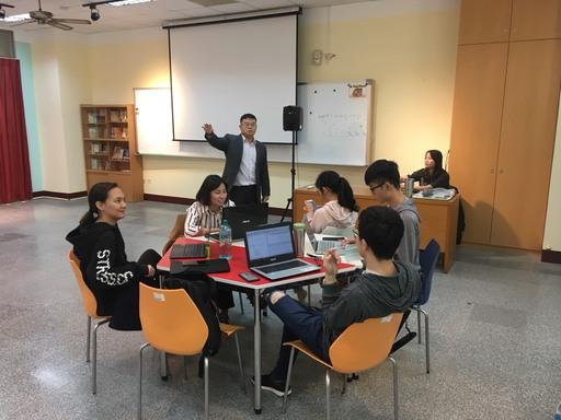 中信金融管理學院企業管理學系林承賢老師在課餘時間與程式創客營的學生進行深度互動及討論