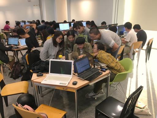 中信金融管理學院程式創客營透過分組的模式,讓同儕之間互相切磋討論,積極籌劃團隊創意程式作品