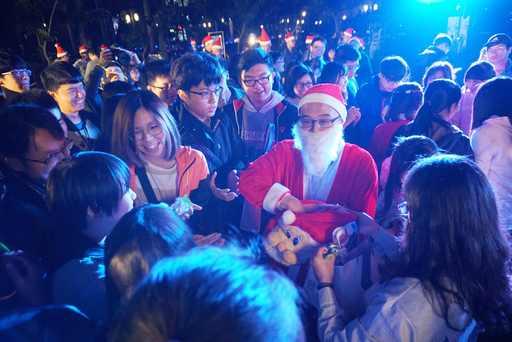 專屬虎科大的聖誕天使,明星般的超強魅力,一進場就招來熱烈歡呼,他們讓現場擠得水洩不通、久久無法散去,這就是虎科大Super Star聖誕天使,令人景仰又讚嘆!