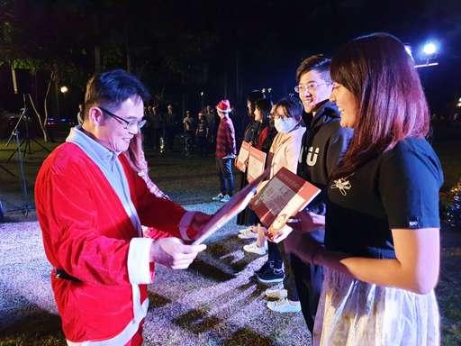 聖誕天使之首的覺文郁校長(圖左),明星光環無法擋!立刻引來同學們大大的smile,無論如何都要跟校長來張有紀念價值的合照!