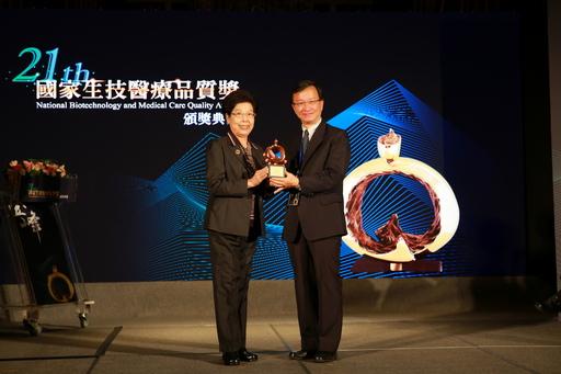 花蓮慈濟醫院榮獲國家生技醫療品質獎護理照護服務類銅獎,由醫務秘書李毅(右)代表領獎。