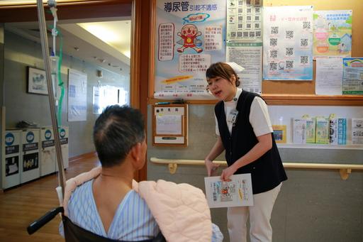 手術前,護理師吳之云與病人解說放置導尿管可能產生的不適。