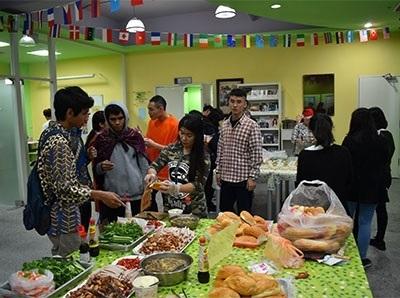越南道地美食雞肉河粉、法國麵包DIY體驗,吸引眾多龍華師生熱情參與並大飽口福。