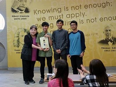 龍華科大舉辦多元語言文化節,「英文單字猜猜猜」競賽,印尼生謝華寧、穆亦飛、葉青偉榮獲第一名。